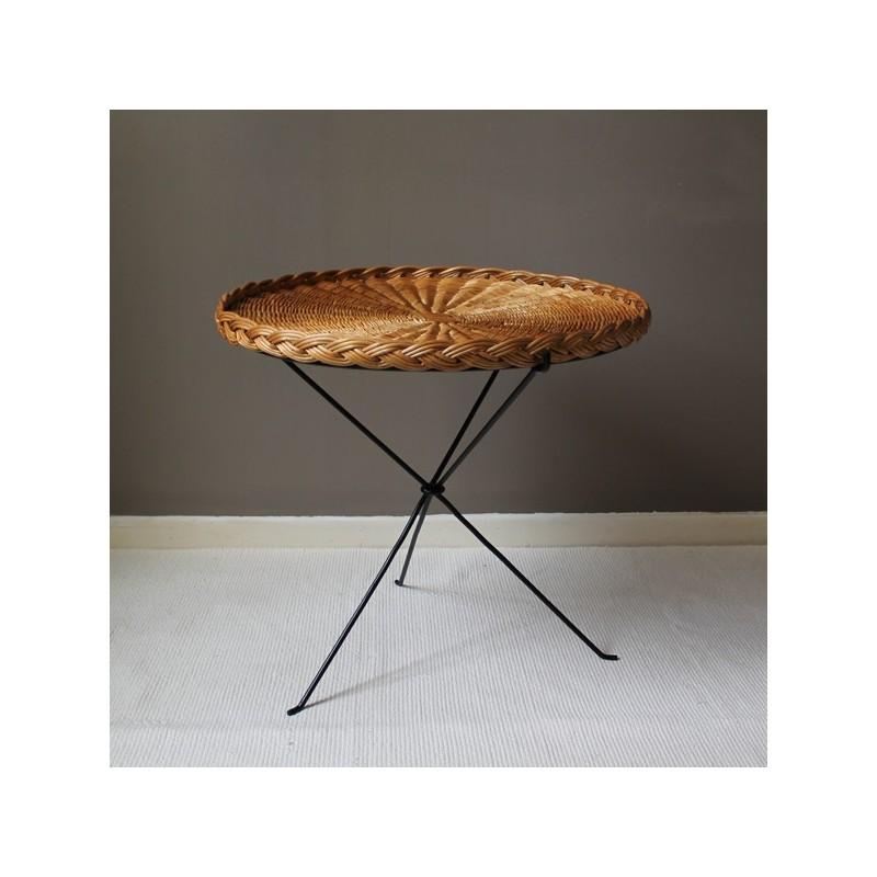 table basse vintage en rotin tress et pi tement tripode. Black Bedroom Furniture Sets. Home Design Ideas
